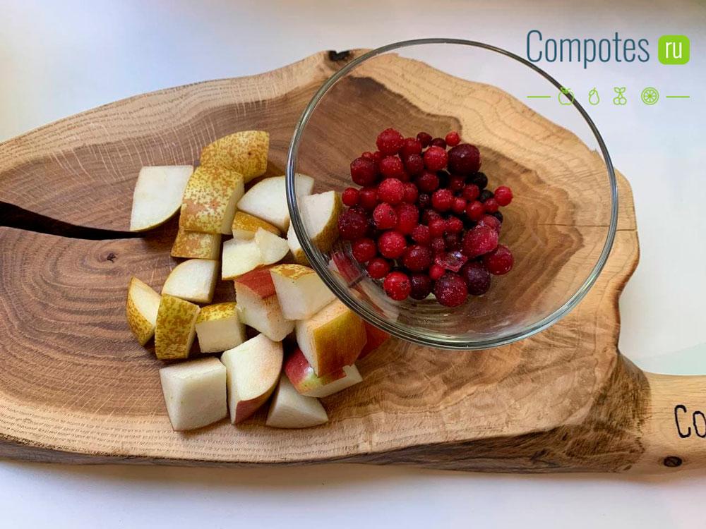Яблоки, груша и ягоды для компота