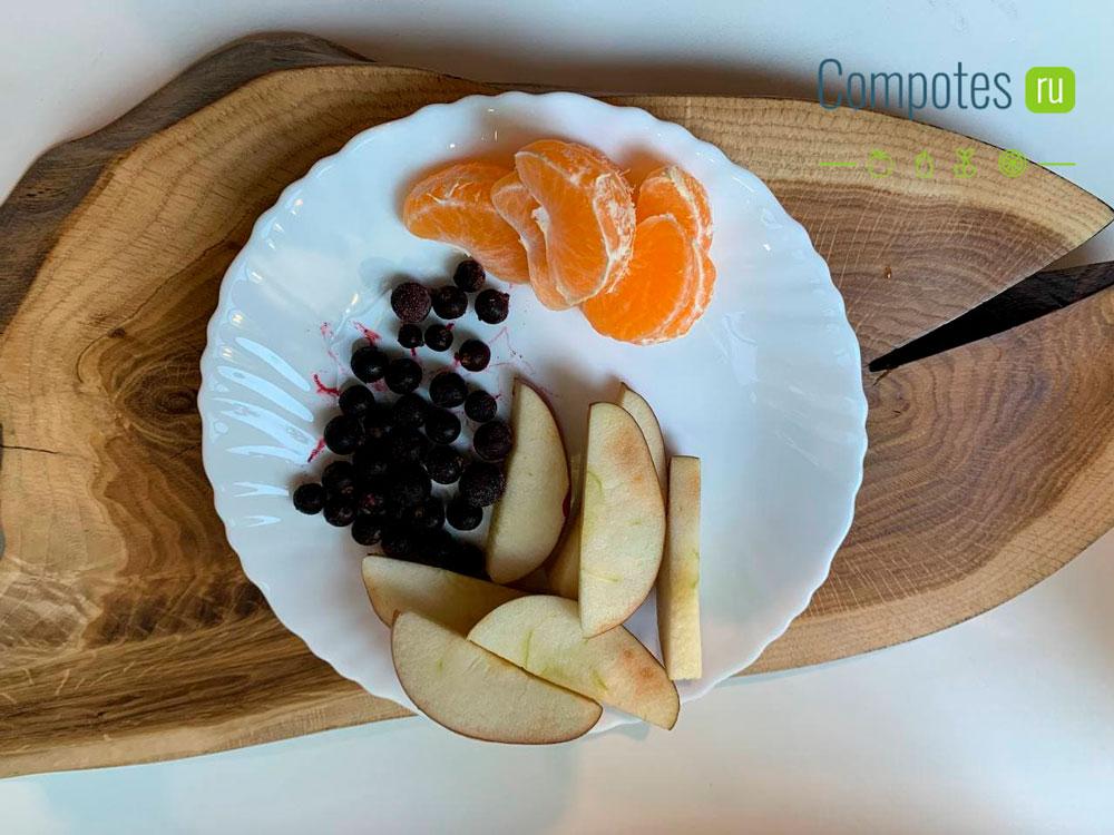 Яблоки, мандарины и смородина для компота