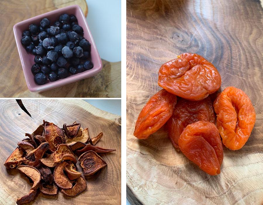 Если сухофрукты и ягоды были приобретены в магазине – обдать кипятком и сразу же слить. Добавить чернику и курагу.