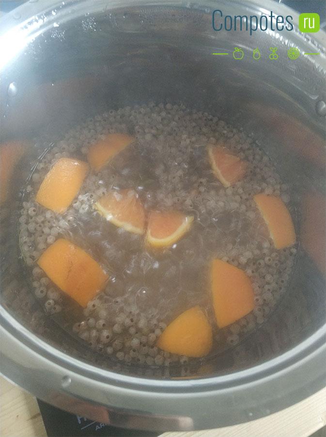 Варка компота из белой смородины и апельсина