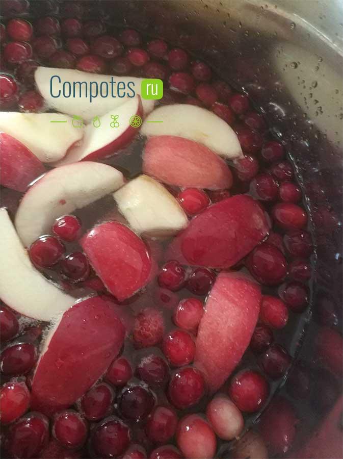 Сваренный компот из яблок и клюквы